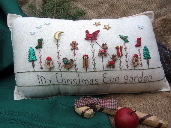 Esta almohada la víspera de Navidad-themed de costura de muselina hecha a mano es perfecta para la decoración de vacaciones y celebrando la temporada! El tamaño es de aproximadamente 16 x 8.