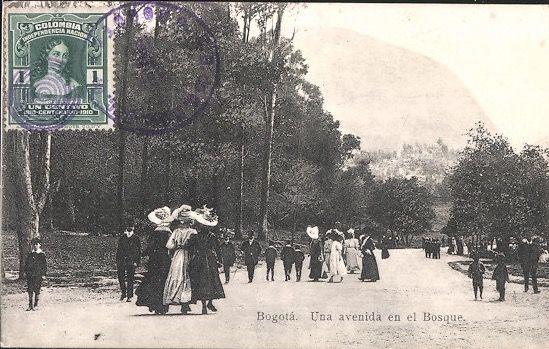 Otra versión de la postal del paseo del Parque de la Independencia. Bogotá, 1910