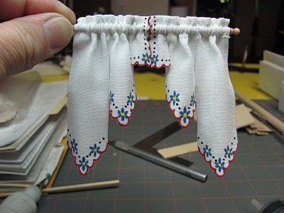 Dollhouse Miniature Furniture - Tutorials | 1 inch minis: How to make Shabby Chic curtains    para ti @*   Vilmus *