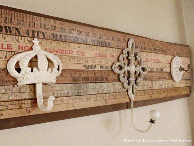 Un auténtico DIY con reglas de madera antiguas.