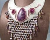 Cabochon en jaspe sédiment, rivolis en cristal Swarovski, cabochons en nacre, perles nacrées Swarovski, perles en verre japonaises, dentelle, simili-cuir et doublure suédine.