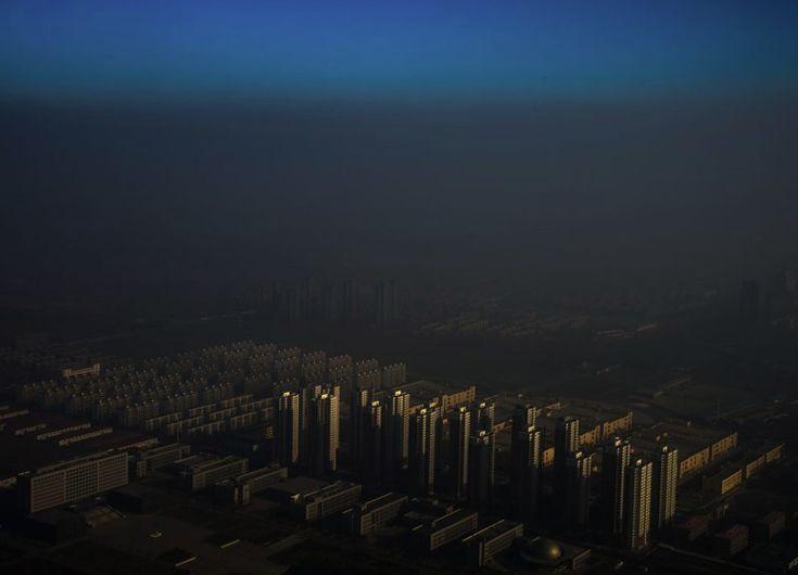 Zhang Lei, China, 2015, Tianjin Daily, Haze in China    Miasto Tencin w Chinach tonie we mgle 10 grudnia 2015. 1. Nagroda w kategorii Contemporary Issues - zdjęcie pojedyncze.