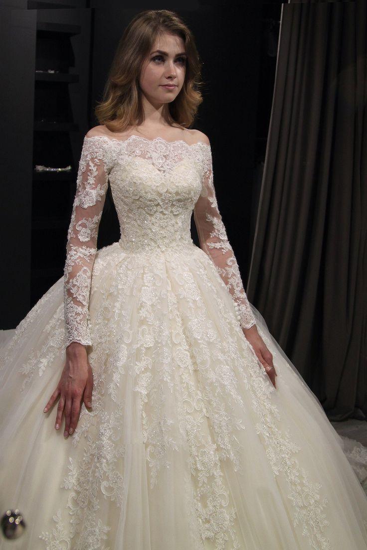 Princesa real fuera hombro vestido de novia Nuria por Olivia Bottega. Vestido de novia de encaje de perlas. Vestido de novia de manga larga