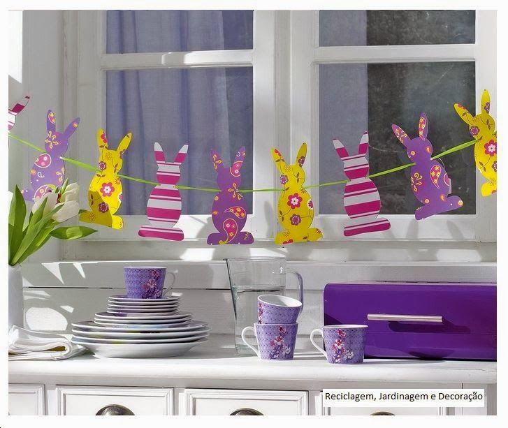Színes dekorációs papírból egyszerűen elkészíthető húsvéti dekoráció. A duplán kivágott nyusziformákat egy szalagot közbevéve úgy ragasztod...