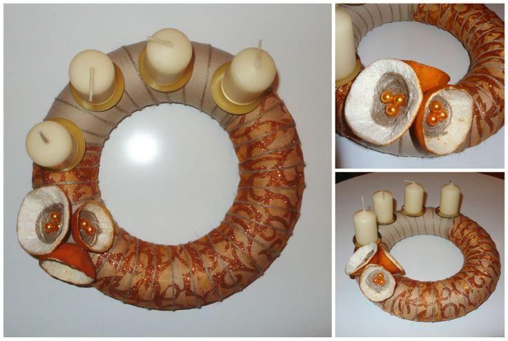 Věnec béžovo-oranžový s pomerančovým aranžmá Netradiční adventní věnec na Vás adventní stůl. Průměr věnce 26 cm. Použité sušené pomerančové kůry, dozdobené korálkem.
