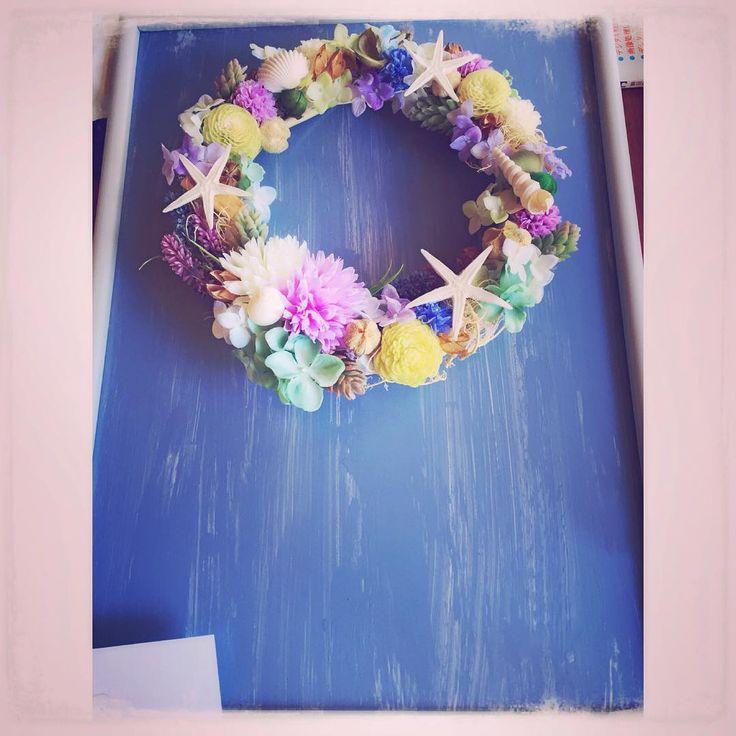 Seria造花×ポプリ×ヒトデ「途中picですか、お父さんと一緒にウェルカムボード作り♡リースは前回picしたものに貝を貼りてけて、ボードはペンキでムラを出すように塗り塗り♡これから文字いれして行きます #結婚式準備 #結婚式DIY#フラワーリース#ウェルカムボード#ウェルカムボード手作り#プレ花嫁」