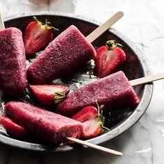 Picolé Antioxidante 100kcal Ingredientes ½ copo de suco de uva integral e orgânico 10 morangos 1 colher de sopa de gojiberry Modo de fazer: Bater o suco e os morangos, acrescentar o gojiberry no final e levar ao congelador.