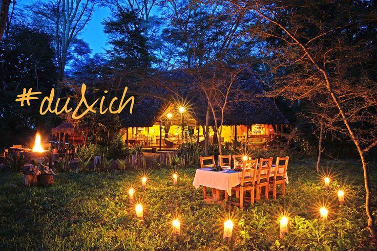 Honeymoon Tansania: Romantisches Candle-Light-Dinner umgebenen von unberührter Wildnis – Flitterwochen mal aufregend anders!