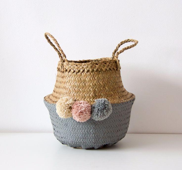 Cesto gris con pompones rosa-gris-beige/ Grey basket with beige-grey-pink pompom