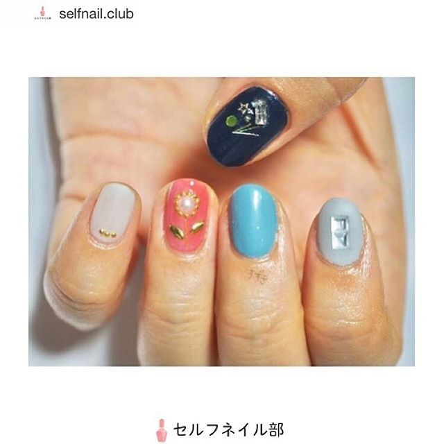 ᙏ̤̫ ✼ . 記録用です。 セルフネイル部さんにご紹介して頂きました! ありがとうございます🤤 . Repost from @selfnail.club @TopRankRepost #TopRankRepost (@mofumofuwafuwa)さんの、 「ごっちゃごちゃネイル🎶」を紹介します💅🏻 . 〜やり方〜 1.全ての指にベースコートを塗る。 2.それぞれの指にポリッシュをベタ塗りする。 3.乾いたら好みのパーツをのせ、トップコートを2、3度重ねる。 4.人差し指、小指にマットトップコートを塗って完成。 . 〜使う物〜 ・トップコート⇢セシェ・ヴィーヴェ ・ベースコート⇢エッシー ファーストベース ・親指⇢エチュードハウス プレイネイル #63 ・人差し指⇢paネイルカラー  A177 ・中指⇢RMKネイルカラー EX-28 スモーキーブルー ・くすり指⇢MKネイルカラー EX-42 コーラルローズ ・小指⇢Ducato コンデンスミルク ・星のメタルパーツ ・正方形スワロフスキー ・長方形スワロフスキー ・メタル糸 ・ブリオン ・パール、丸ホログラム等々…