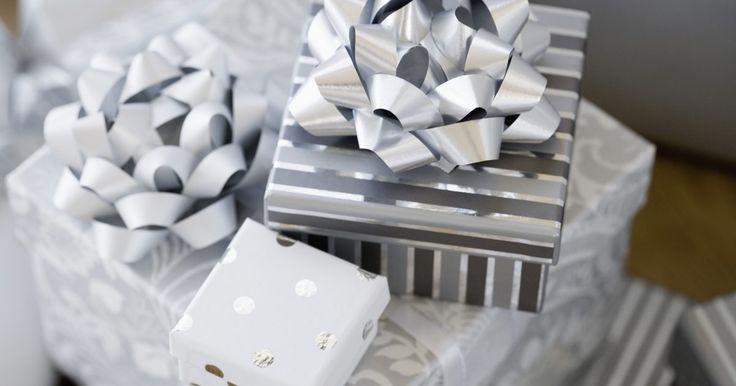 Ideas de regalos de navidad para empleados. La navidad es una oportunidad estupenda para compartir tu gratitud por tus empleados y compañeros de trabajo. Los empleados apreciarán recibir regalos únicos. Averigua su color favorito o qué fecha festiva festejan tradicionalmente. Si alguien no festeja la Navidad, un ornamento no sería la opción más adecuada. Considera un intercambio de regalos ...