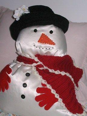Maak zelf ook eens een leuke sneeuwpop van een kussen Iedereen houdt van sneeuwpoppen. Ze hebben een magische charme die zelfs volwassenen niet kunnen weerstaan. Een sneeuwpop van een kussen is daarom een geweldig leuk idee om te maken tijdens de wintermaanden. Ze brengen betovering in elke kamer van je huis, en ze zijn snel en eenvoudig te maken. Benodigdheden Een pluizig kussen Een sjaal of een lap stof Een stuk touw Kous van een volwassene Oranje vilt of stof Zeven knoppen (zwart wordt…