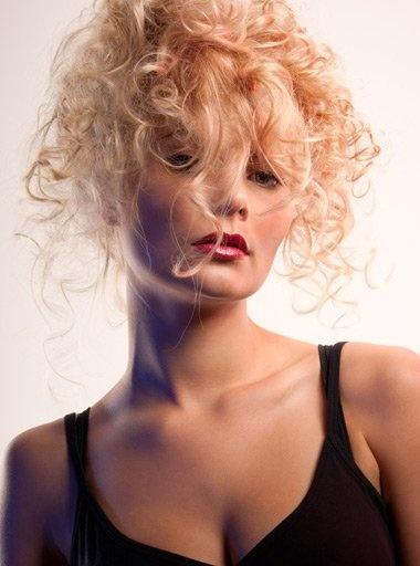 Romantikus göndör haj