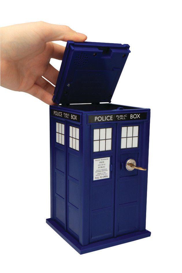 Doctor Who Safe Tardis  Cooler  Safe aus der beliebten Tv-Serie `Doctor Who` - mit Licht- und Soundeffekten  - Größe: ca. 23 cm  Benötigt 3 x AA Batterien, nicht enthalten. Doctor Who Safe - Hadesflamme - Merchandise - Onlineshop für alles was das (Fan) Herz begehrt!