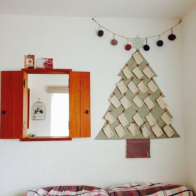 女性で、の手作り/小窓/クリスマスディスプレイ/ハンドメイド/アドベントカレンダー/壁/天井…などについてのインテリア実例を紹介。「少し早いけどアドベントカレンダー飾りました☻ お菓子はまだ入ってないけど(*´艸`*) イタズラ猫が二匹いる我が家ではリビングにツリーが飾れません(̂ ˃̥̥̥ ˑ̫ ˂̥̥̥ )̂ 」(この写真は 2013-11-11 15:16:27 に共有されました)