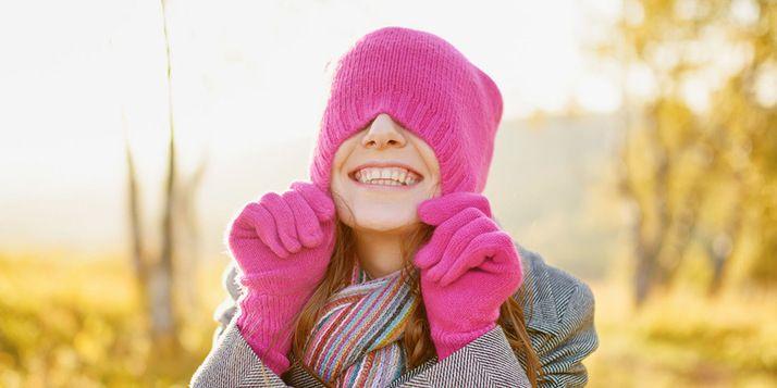 Het is de tijd voor statisch haar. Buiten wordt het kouder, binnen gaat de verwarming aan en je haren plakken aan je gezicht. Met deze tips niet meer!