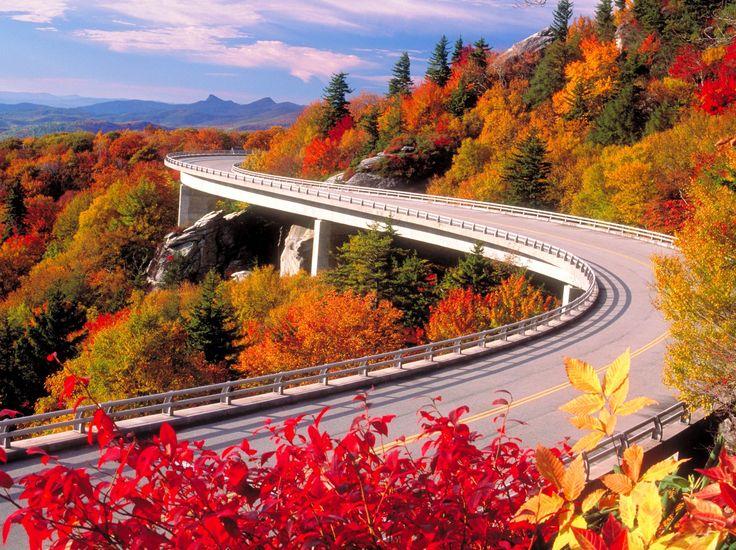 #Curiosidades la Blue Ridge Parkway es una carretera que va desde Carolina al norte de Virginia en #EEUU; y es conocida por sus vistas de escarpadas montañas coloridas y por ser la tierra de los Apalaches.