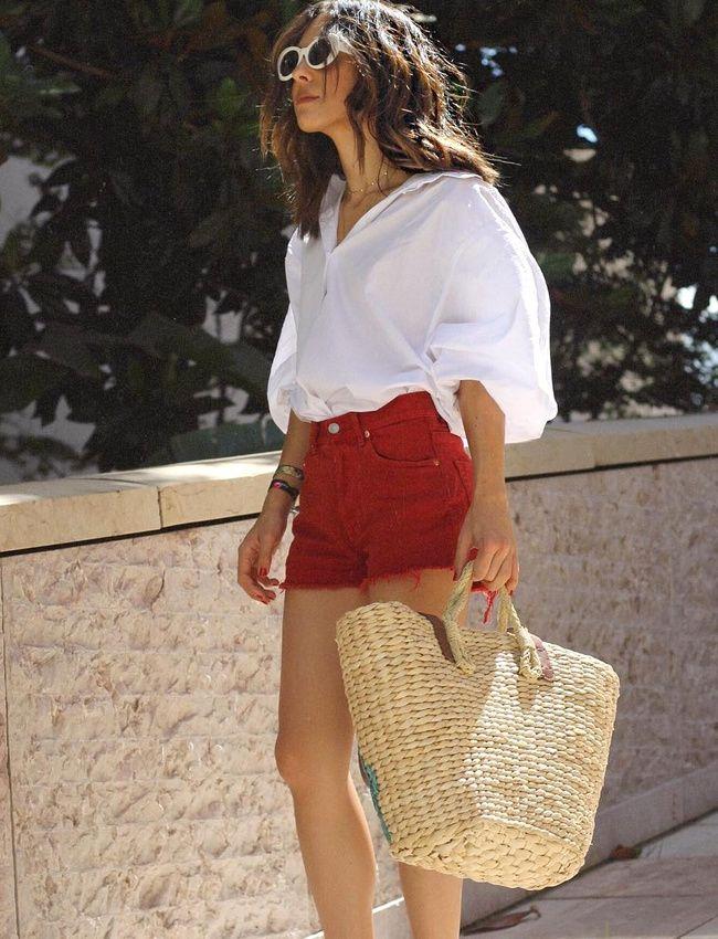 Pour accompagner un short en jean, une chemise blanche sera toujours plus chic qu'un classique tee-shirt immaculé