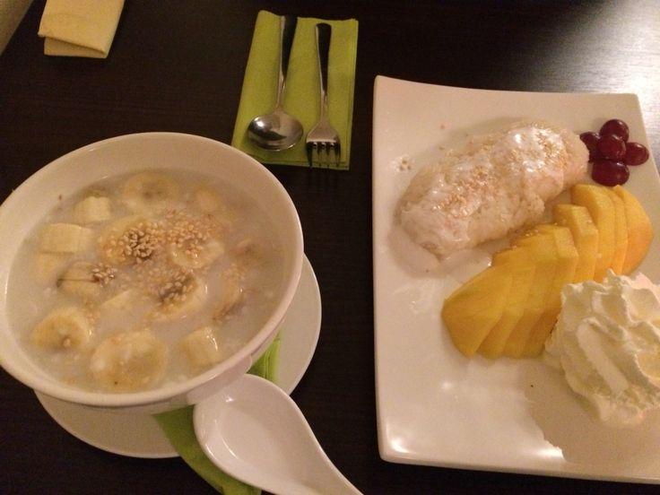 Banaan is kokossaus en kleefrijst met kokos en mango @ Mekhong Delft