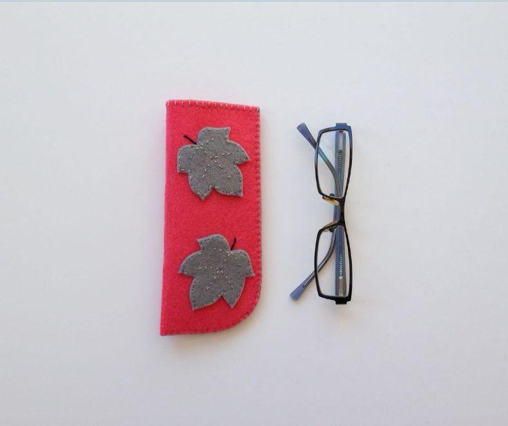 Gri Yaprak Figürlü Okuma Gözlüğü Kılıfı Keçe üzerine gri keçeden yaprak figürleri olan şık, kullanışlı okuma gözlüğü.... 402630