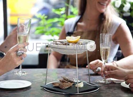 Degustando ostras con copa de cava | Restaurante tienda gourmet Cornelia and Co en Barcelona
