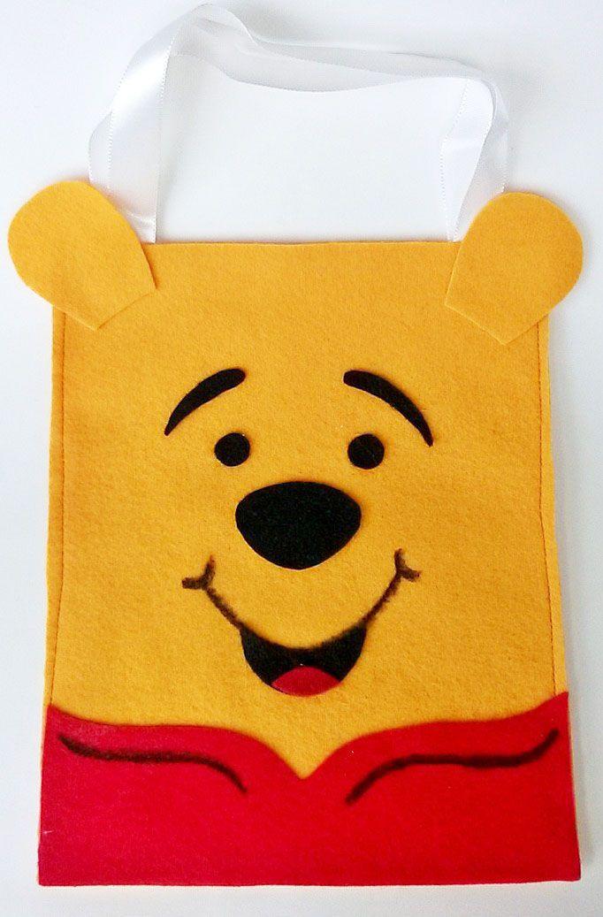 Sacolinha surpresa do Pooh. Ideal para lembrança de aniversário. Confeccionada em feltro. www.facebook.com/kfofodasartes