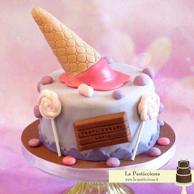 torta con gelato, cioccolato, e dolciumi