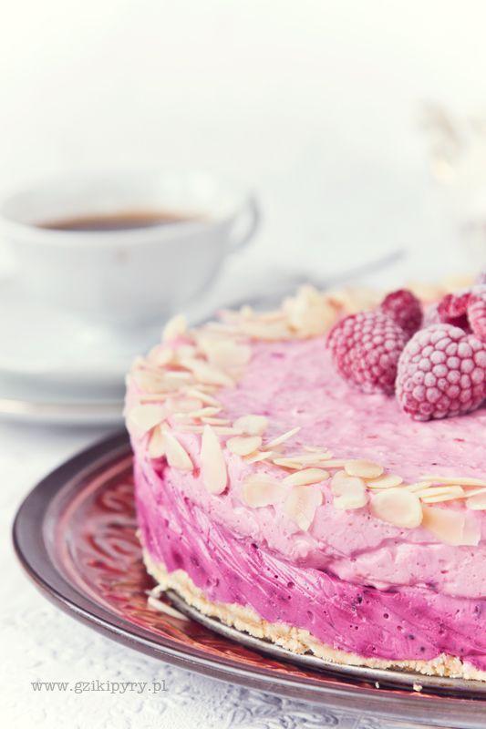 Ciasto bez pieczenia. Sernik na zimno z malinami i czarną porzeczką