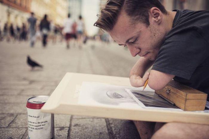 Фотография: Когда нет рук, рисуют сердцем: реалистичные портреты, нарисованные художником, который родился без рук http://kleinburd.ru/news/fotografiya-kogda-net-ruk-risuyut-serdcem-realistichnye-portrety-narisovannye-xudozhnikom-kotoryj-rodilsya-bez-ruk/  Присоединяйтесь к нам в Facebook и ВКонтакте Mariusz Kedzierski — художник, который родился без рук. «Когда нет рук, рисуют сердцем…» — так говорят о молодом польском художнике Мариуше Кедзерске (Mariusz Kedzieski), который родился без…