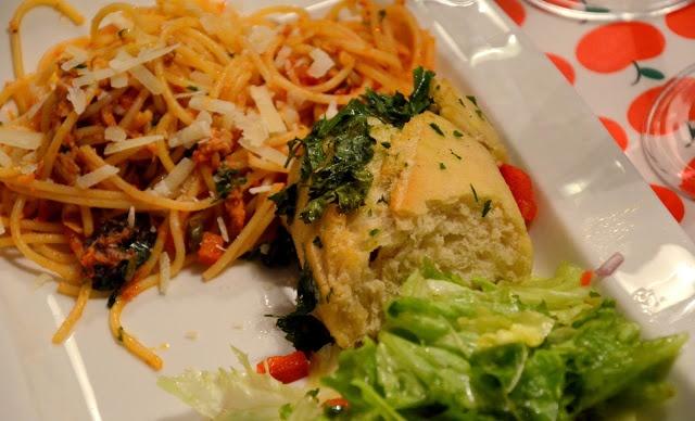 knoflookbrood, slaatje en spaghetti alla puttanesca