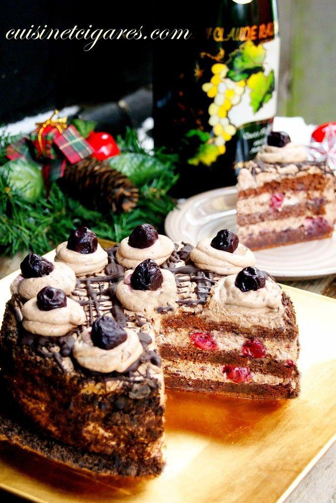 LE gâteau de mon enfance, LE gâteau qui a scellé à tout jamais mon amour pour le chocolat, associé aux cerises et à une déliceuse et légère crème chantilly, j'ai nommé : La Forêt Noire (inspiration Michalak) Ingrédients Pour le biscuit au chocolat (peut...