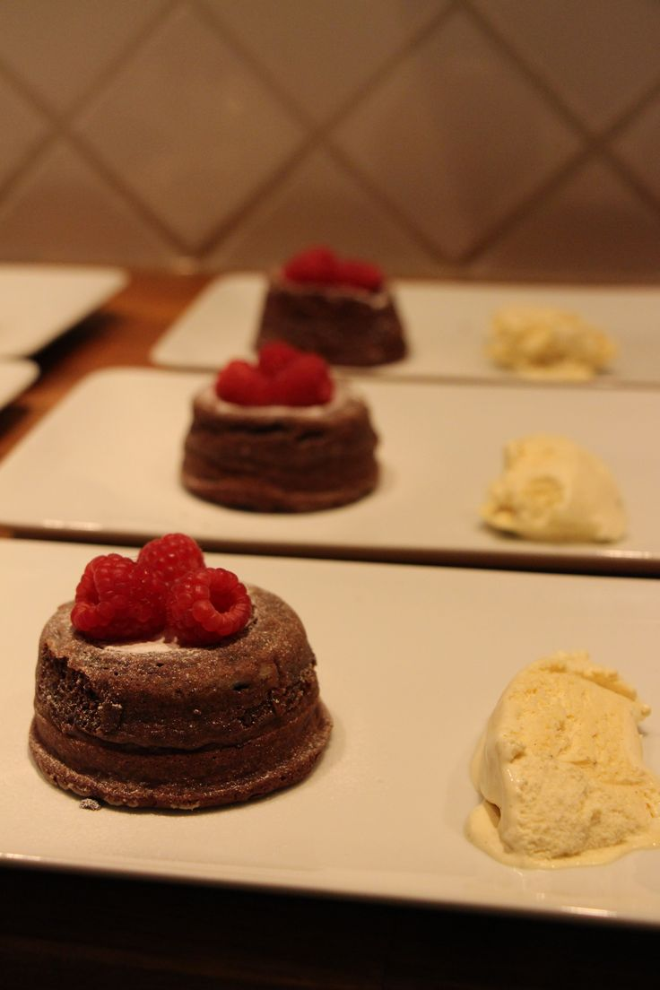 This has made ​​my daughter Demi. Chocolade fondant (gesmolten chocoladecakejes met vanille-ijs).  Chocolate fondant ( melted chocolate cupcakes with vanilla ice cream )