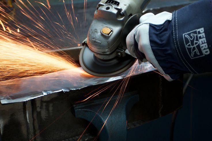 Zdjęcie w akcji - sesja zdjęciowa w zakładzie produkcyjnym jednego z największych producentów narzędzi i materiałów ściernych.  Efekt końcowy: www.pferdvsm.pl
