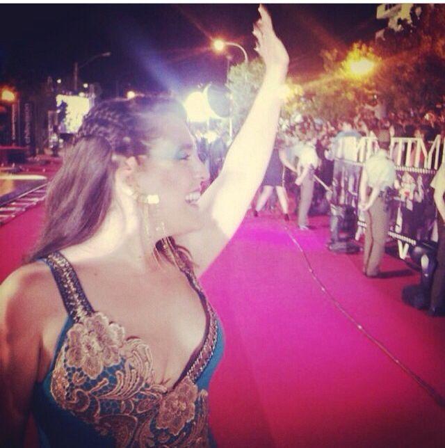 La pájara , representante chilena para el festival de vía 2014 vestida de Nini Huidobro Para la gala .