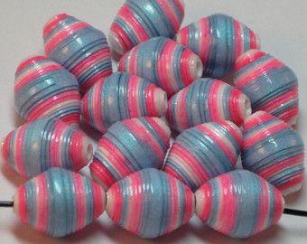 Papel papel reciclado granos granos sueltos papel suministros abalorios-abalorios - joyas suministros - reciclado-Bi-cono perlas-largo bi-cono-granos  Hay seis 6 bi-cono en forma de bolas de papel con este conjunto. Hay bastantes juegos de dos granos de 1 1/4 para 3 conjuntos de pendientes y se ven muy bien con detalles en alambre de plata. Miden 7mm ronda X 27mm (1 pulgadas) largo. Sellé estos granos con dos capas de un esmalte de brillo grueso para una mayor durabilidad de la protecció...