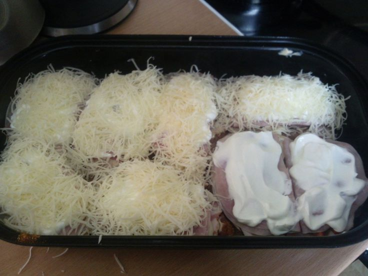 Zapečené kuřecí steaky se zakysanou smetanou, sýrem, slaninou, šunkou a paprikou. Autor: Adddy