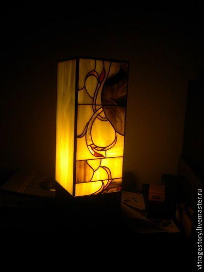 Светильник витражный (скидка). Опаловые стекла дают мягкое рассеянное свечение. Основание деревянное. В комплект не входит лампа энергосбережения.  Почему такая цена? Он обычный, качественный как и все мои изделия. Абсолютно нет никакого подвоха.