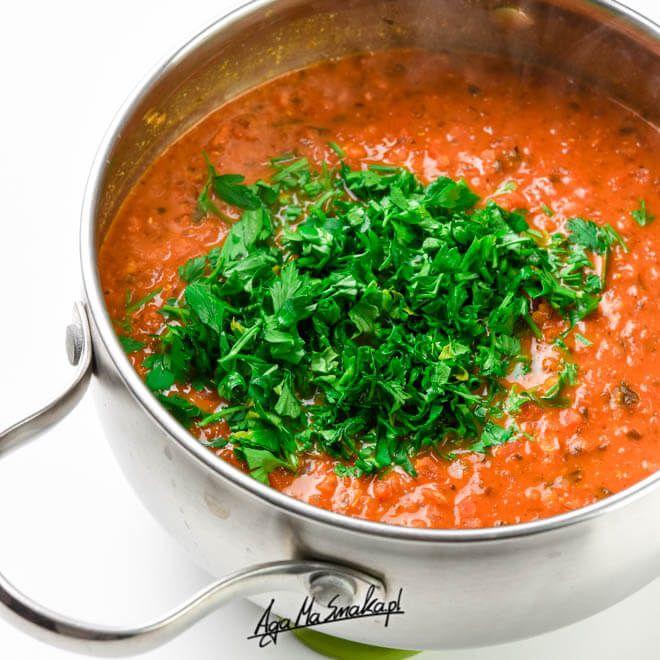 Powtarzam w kółko, że zdrowa kuchnia jest prosta. Nie musisz mieć jakiegokolwiek pojęcia na temat gotowania, żeby sobie taki sos przygotować. Jest świetny również do zamrożenia na dni, kiedy totalnie nie mamy czasu na gotowanie. Możesz dowolnie modyfikować składniki (warzywa),…