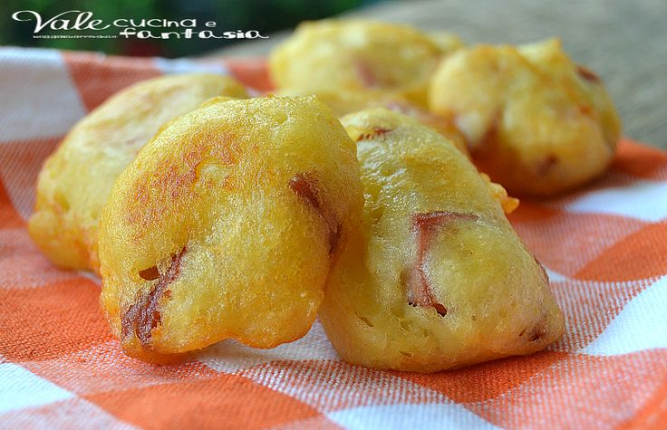 Frittelle di patate e speck ricetta facile e veloce un aperitivo, antipasto,finger food, facilissimo velocissimo economico e tanto gustoso e saporito