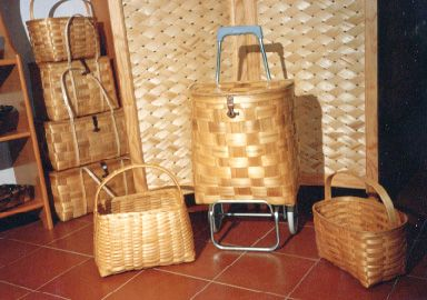 De los bosques de castaños, los artesanos de Montemayor obtienen la materia prima para la elaboración de estupendas cestas, armarios, carritos... La cestería de Montemayor es famosa en el Mundo entero.