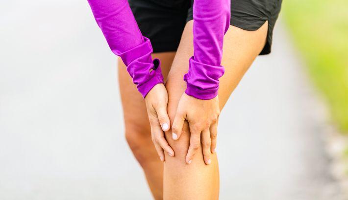 Kniepijn is een veelvoorkomende aandoening. Dat komt omdat je kniegewrichten aan één stuk door worden belast en bewogen. Pijn in je knie kan op allerlei manieren ontstaan en zodoende talloze mogelijke oorzaken hebben. In dit artikel bespreken we de 14 vaakst voorkomende oorzaken van knieletsel en kniepijn