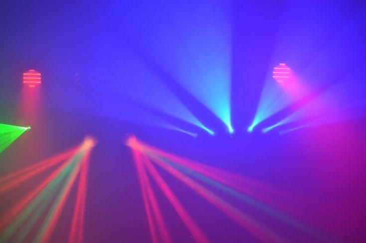 Pour la maison (petite salle - de 100m²) : Pied d'éclairages ayant une envergure de 1m² au sol, composé de 2 jeux de lumières à Led (faible consommation électrique, ne chauffent pas), un lazer, 2 spots multicolores, lumière noire et machine a fumée.Les éclairages sont autonomes et réagissent en fonction de la musique. Vous n'avez pas à vous en occuper ou très peu (allumer ou éteindre selon vos envies, comme les lumières de votre maison ! Aucune complexité).