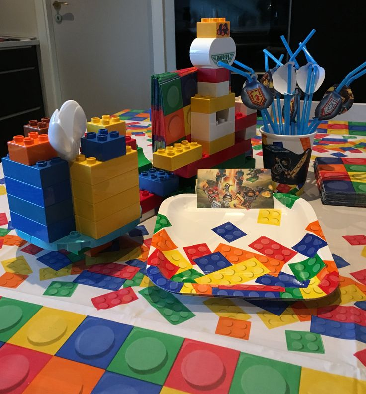 Lego Nexo Knights table decorations: Made by Duplo (napkins and spoons holders) + Lego birthday kit + Lego Nexo Knights birthday kit printouts (lego.com + http://daisycelebrates.blogspot.no/2016/03/nexo-knights-birthday-party-printable.html)