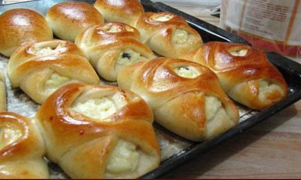 Koláčiky zmäkučkého anadýchaného cesta si zamilujte na prvá zahryznutie. Okrem koláčikov však môžete ztohoto cesta pripraviť napríklad lahodný závin, alebo klasický koláč sľubovolnou plnkou. Potrebujeme: ½ šálky kryštálového cukru ½ šálky oleja 1 a1/5 šálky vody ¼ bal. sušeného droždia 3 a 1/2 šálky hladkej múky Štipka prášku do pečiva