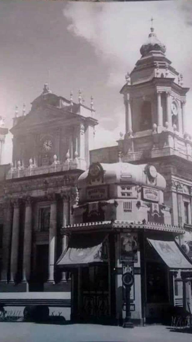 La Catedral de Guatemala, con sus primeros Quioscos y negocios.