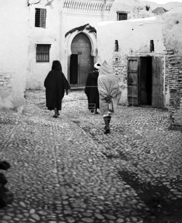 MARRUECOS PROTECTORADO ESPAÑOL: TETUÁN, 1927.- Varias personas caminan por las calles de la medina de Tetuán, capital del Protectorado español en Marruecos. EFE/jt