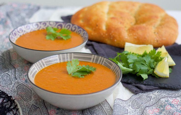 """Detta är en fantastisk linssoppa från det Marockanska köket. Soppan får en kryddig och läcker smak från den goda kryddblandningen och blir härligt krämig från linserna. Morötterna ger en vacker färg och fin sötma. En god, mättande och stärkande soppa. Jag har recept på en annan en marockansk soppa HÄR! som heter """"harira"""", även den är helt underbar. 6 portioner marockansk linssoppa 1 gul lök 2 vitlöksklyftor 5 morötter 4 dl röda linser 2 msk tomatpuré Ca 1,5 liter hett vatten Olja till…"""