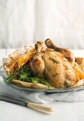 Κοτόπουλο στη λαδόκολα με δεντρολίβανο και κρέμα σκόρδου