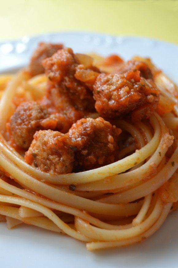 Ricetta per la pasta polpette: come realizzare il sugo di pomodoro con le polpettine per condire linguine o spaghetti, stile Lilli e il Vagabondo.