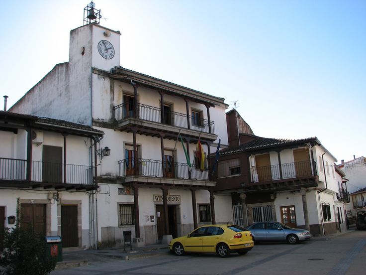 El Ayuntamiento de Aldeanueva del Camino. La Plaza Mayor del pueblo conserva la arquitectura tradicional.